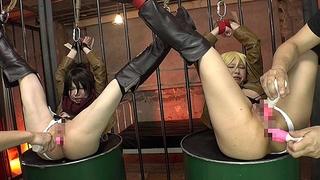 美少女剣士のミカサとクリスタがアナルとおま○こを同時に責められる拷問地獄