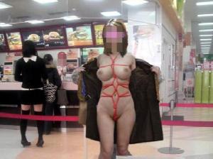【露出】お店や商業施設で脱ぎはじめる露出狂さんが完全にアウトwwww