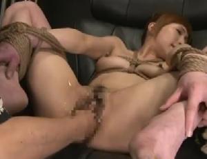 縛られ開かれた股間に拳を挿入されるガバマン美女!