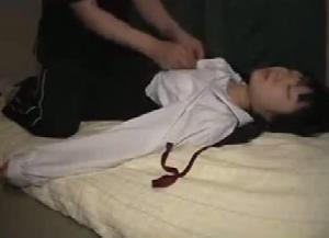 飲み物に睡眠薬を盛られた女子校生が無残にもレ〇プされた映像