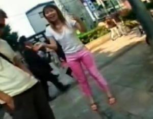 ピンクズボンのお姉さんが大衆の面前でオモラシ・・・