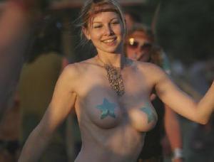 海外女性のもう乳首さえ見えなければいいやという風潮ヤバスギwwwww