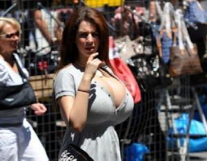 海外女性の発達しすぎた巨乳おっぱいが服を着ていても暴れてるwwwwww