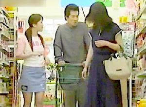 幸せな家庭!スーパーで買い物中に便所で浮気の奥さま!