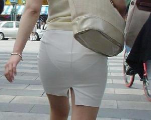 【エロネタ本舗推薦】パンツ透け透けで街中をあるおねーさんの後ろ姿は痴女そのもの…街撮りされた透けパン...
