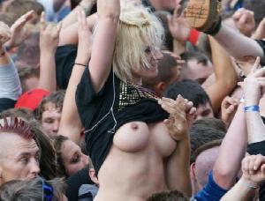 【サポーターエロ画像】W杯が盛り上がってくるとおっぱいまる出しサポーターが増えてくる!スポーツ観戦やライブでおっぱいぽろりwww