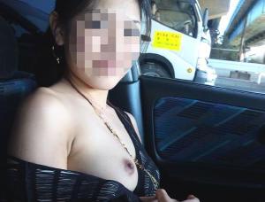 【車内露出エロ画像】セックスの前か後か…外からまる見えの車内で裸になる車内露出中の素人娘