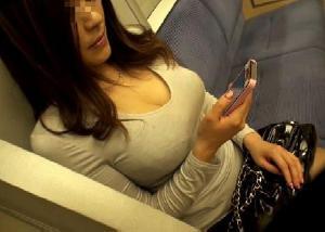 【エロネタ本舗推薦】揉んで感触を確かめたくなる大きなパイパイ…街撮りされた着衣巨乳のおねーさんwww