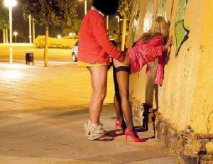 【エロネタ本舗推薦】これが本物の貧困街…昼も夜も関係なくそこらへんで売春婦がSEXしてる海外の青姦画像