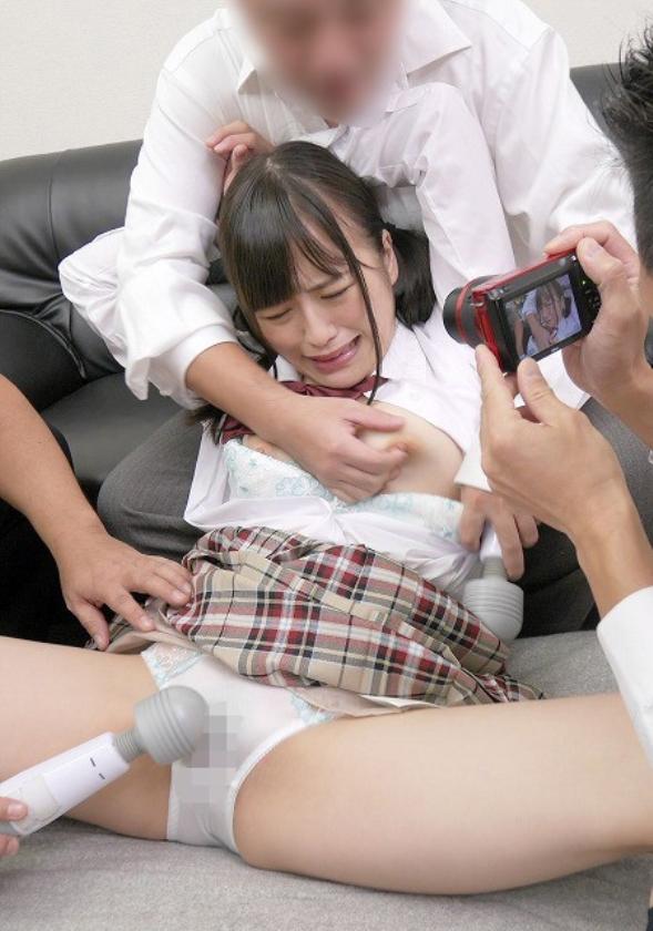 父親の借金のせいで恥ずかしい写真を撮られ無理やり犯されてしまった娘