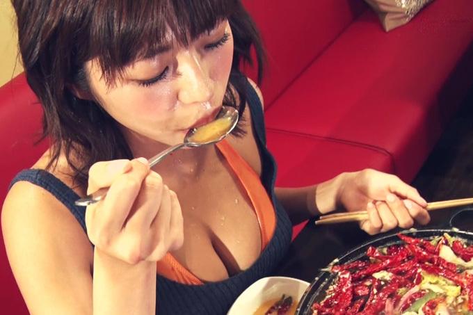 わちみなみ 美巨乳の谷間を見せながら激辛料理を食す。