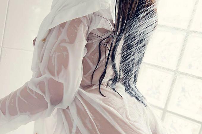濡れて透けて肌に吸い付く衣服がエロい…着衣シャワーエロ画像