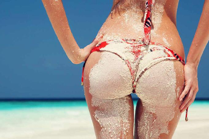 夏が待ち遠しい…ビーチで砂をつけたお尻のえろ写真