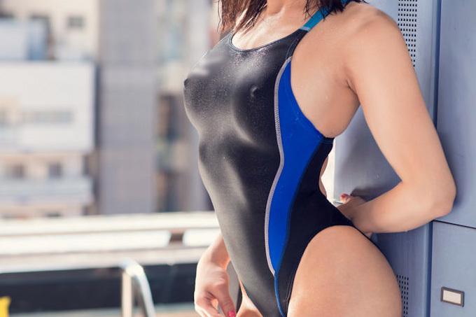 おっぱい窮屈?巨乳お姉さんの競泳水着エロ画像
