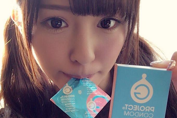 コンドームを咥えたお姉さんのエロ画像