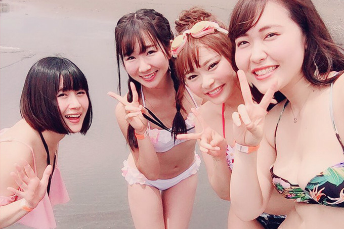 AV女優一行が海ではしゃぐ様子がナチュラルにエロい。