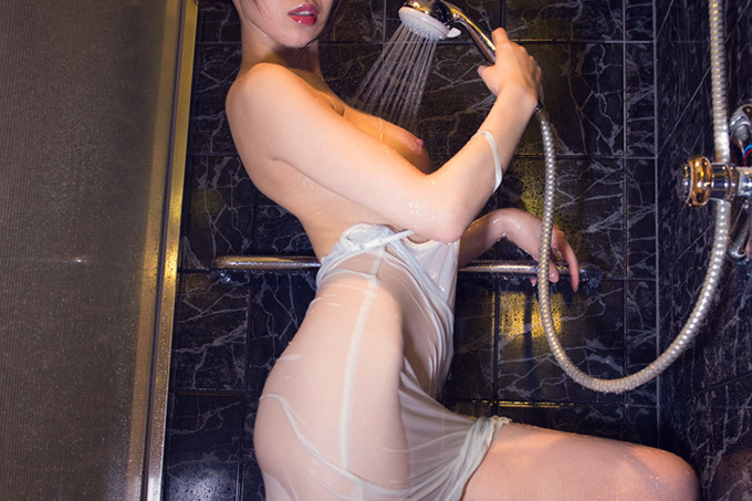 濡れてテカるエッチなカラダ…シャワー浴びてるエロ画像