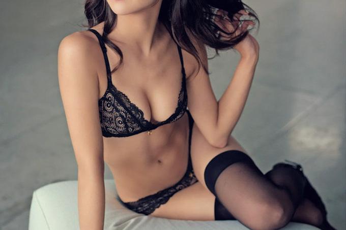 そのまま抱きかかえてベッドへ行きたい…セクシーランジェリーお姉さんのエロ画像