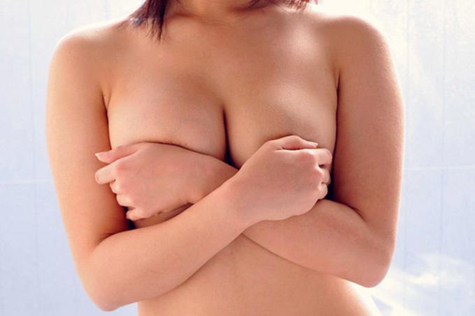 手のあちこちからハミ出るおっぱい…手ブラエロ画像