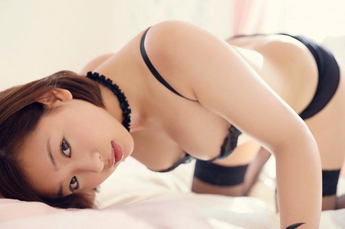 美麗グラビア × 佐山彩香 誘惑の黒の下着