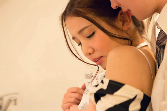 友田彩也香 料理中に後ろから抱きしめられて…セックス画像