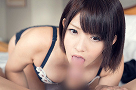 麻里梨夏 可愛い顔で見つめていきり勃った肉棒をパクリ…フェラチオ画像
