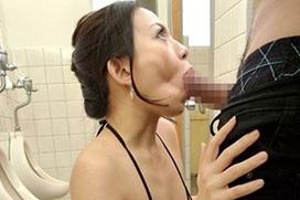 公衆○所でフェラさせられてる女性たちをご覧ください・・・コレが本当の肉○器・・・