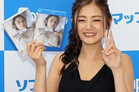 女優 片山萌美が新作イメビのPRのためソフマップでワンピース姿を見せてた件
