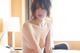 山崎真実、最新ヌード公開!ベッドの上で一糸まとわぬ姿に・・・
