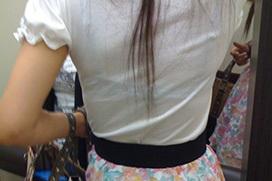パンツの色が想像できる背中透けブラのエロ画像 part4