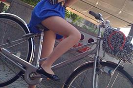 路上で自転車に乗ってる女性のエロ画像 part4