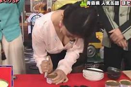 女芸人エロ画像!おっぱい見せまくりで男性出演者の視線が乳に集中wwwww