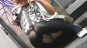 【しゃがみ込みパンチラエロ画像】しゃがみ込んだ女の子の股間に視線は釘付け!パンチラ画像