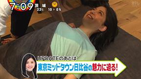 川島海荷の寝転びおっぱいストレッチ