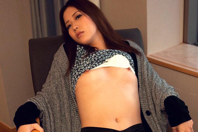 ちっぱいお姉さんが乳首をビンビンにして感じるセックス画像