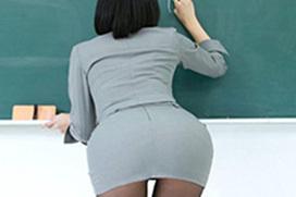 先生がお尻で誘惑する黒板前のエロ画像