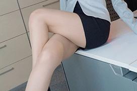 タイトスカートの脚のエロさを隠しきれてない画像