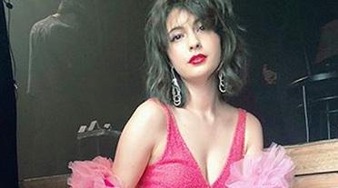 マギー(25)、ドスケベ衣装で露出しまくり!このスカート、パンツ隠せないだろwww