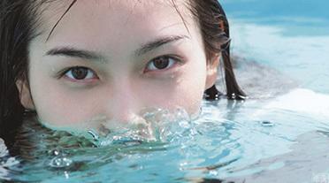 植村あかり(19) 制服のままプールに飛び込んでびちょ濡れ。