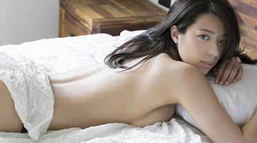 小瀬田麻由 テラハ出演の爆乳女子が岩場でセミヌード