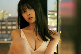 紅白で欅坂46センター務めた小林由依(19)1st写真集で人生初ビキニおっぱい露出キタ━━━w
