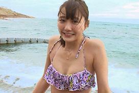 人気モデル・鈴木友菜の尻の割れ目が少し見えてる