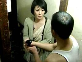円城ひとみ〈ヘンリー塚本〉未亡人の大家が家賃免除の代わりにチ○ポを請求w