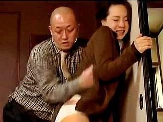 大沢萌(ヘンリー塚本)拒否しても肉棒を挿入され性行為に及んだ奥さん
