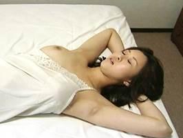 沙耶華(ヘンリー塚本)裸体を晒して覗き見する男を誘うヤリマン美熟女