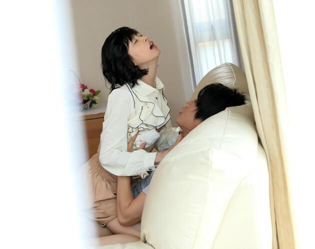 【もちづきる美】元芸能人☆元アイドル☆元ギリギリガールズ☆夫に覗かれながら義理の息子に犯されていく背徳感の快楽に堕ちる人妻