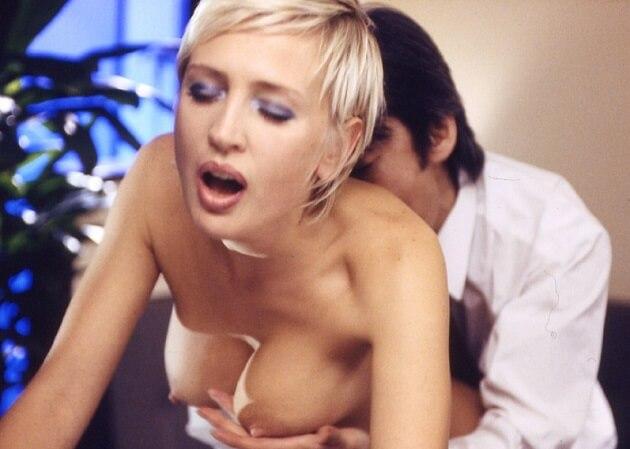 日本人男性に嫁いで未亡人となったロシアのブロンド白人熟女が勤め先のスナックの客に口説かれ店内で濃厚セックス