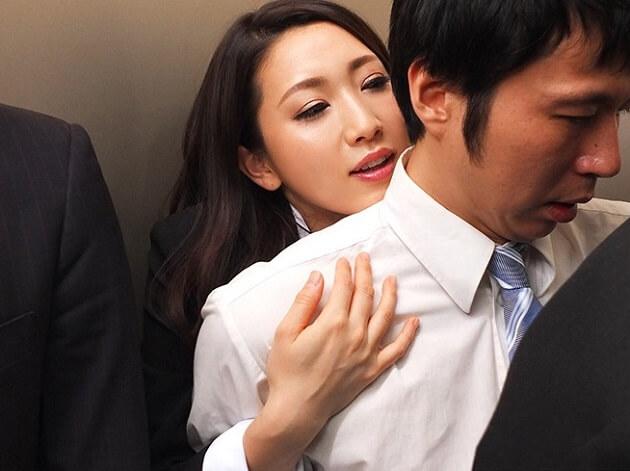 【人妻逆NTR】女上司に犯される部下!閉じ込められた密室のエレベーター内で女上司が痴女化!囁き誘惑逆寝取られ!