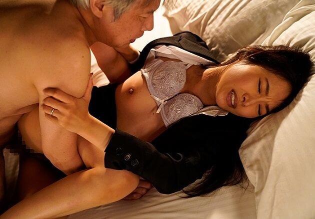 【出張先相部屋NTR】老齢の上司に裏切られ朝まで何度も中出しセックスされる人妻で部下の女性社員!種付けされ完堕ち!