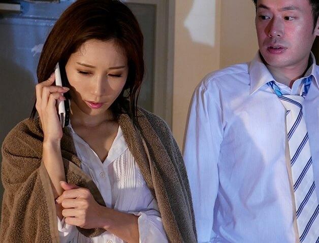 【女上司NTR】嫉妬深い夫発狂!雨宿りのため部下宅に行った人妻の女上司が部下に寝取られる《小島みなみ》